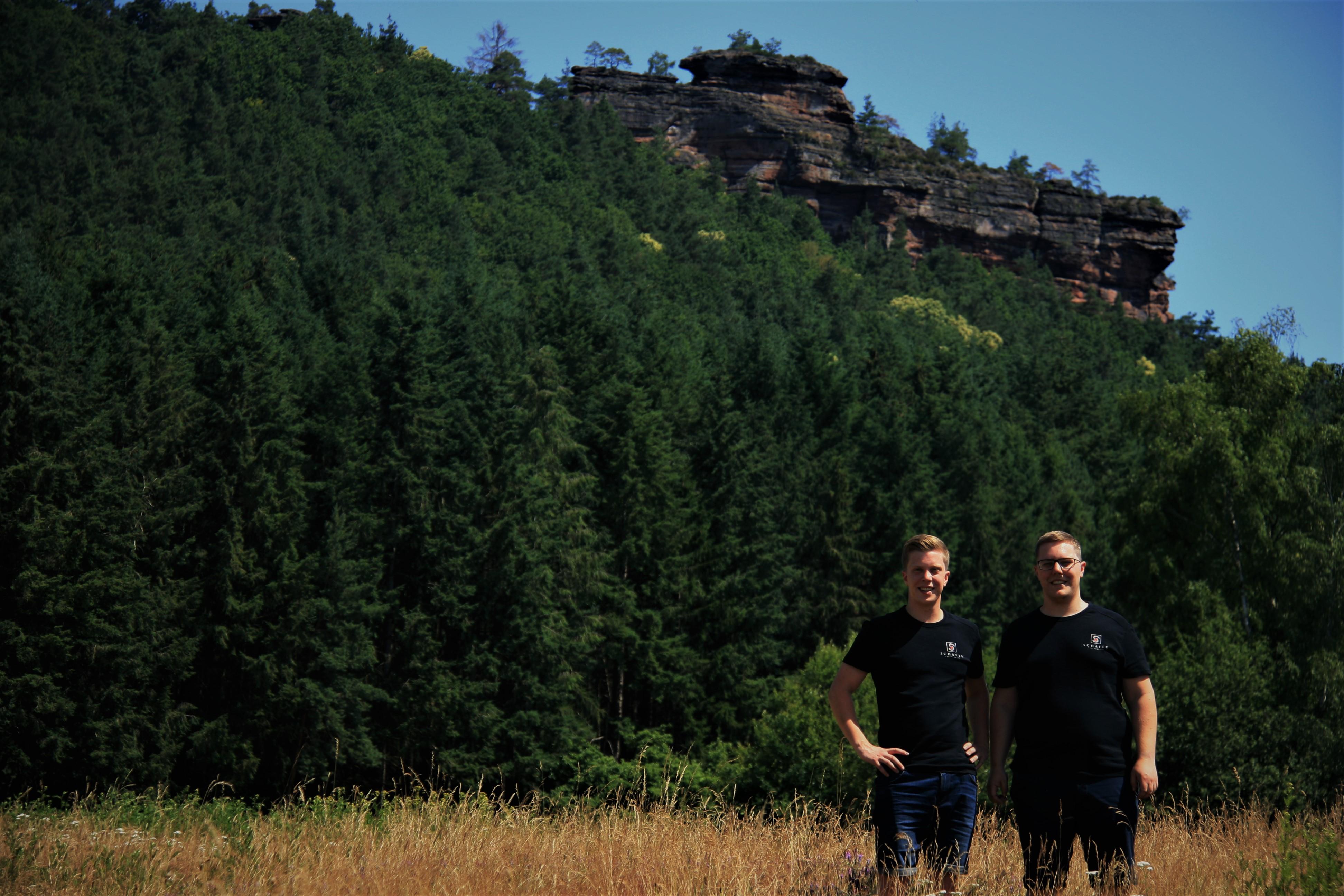 Die Fruchtweinwinzer Dennis & David vor dem Rödelstein